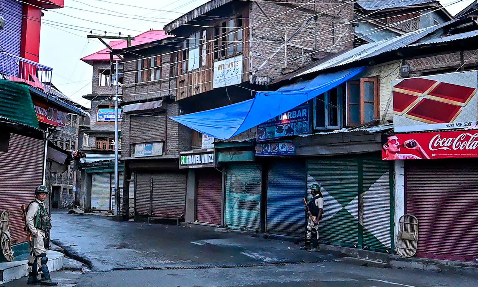 مقبوضہ کشمیر میں کرفیو کے نفاذ کو ایک ہفتے سے زیادہ کا عرصہ ہوگیا—فوٹو:اے ایف پی