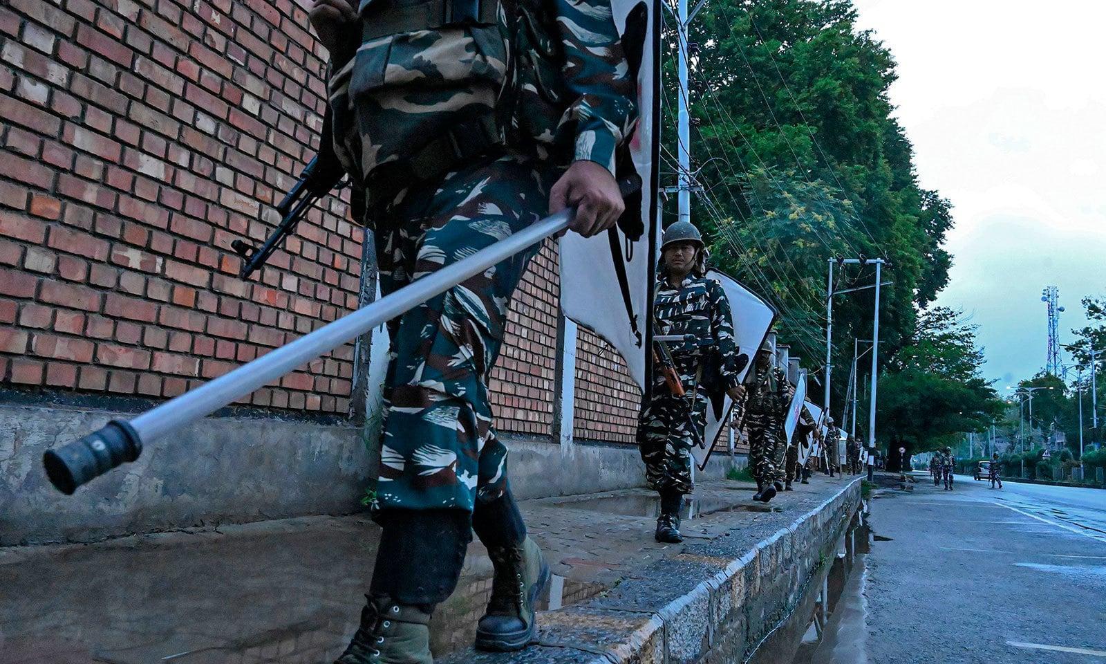 آرٹیکل 370 کی منسوخی سے قبل ہی مقبوضہ کشمیر میں اضافی فوج تعینات کی گئی تھی — فوٹو:اے ایف پی