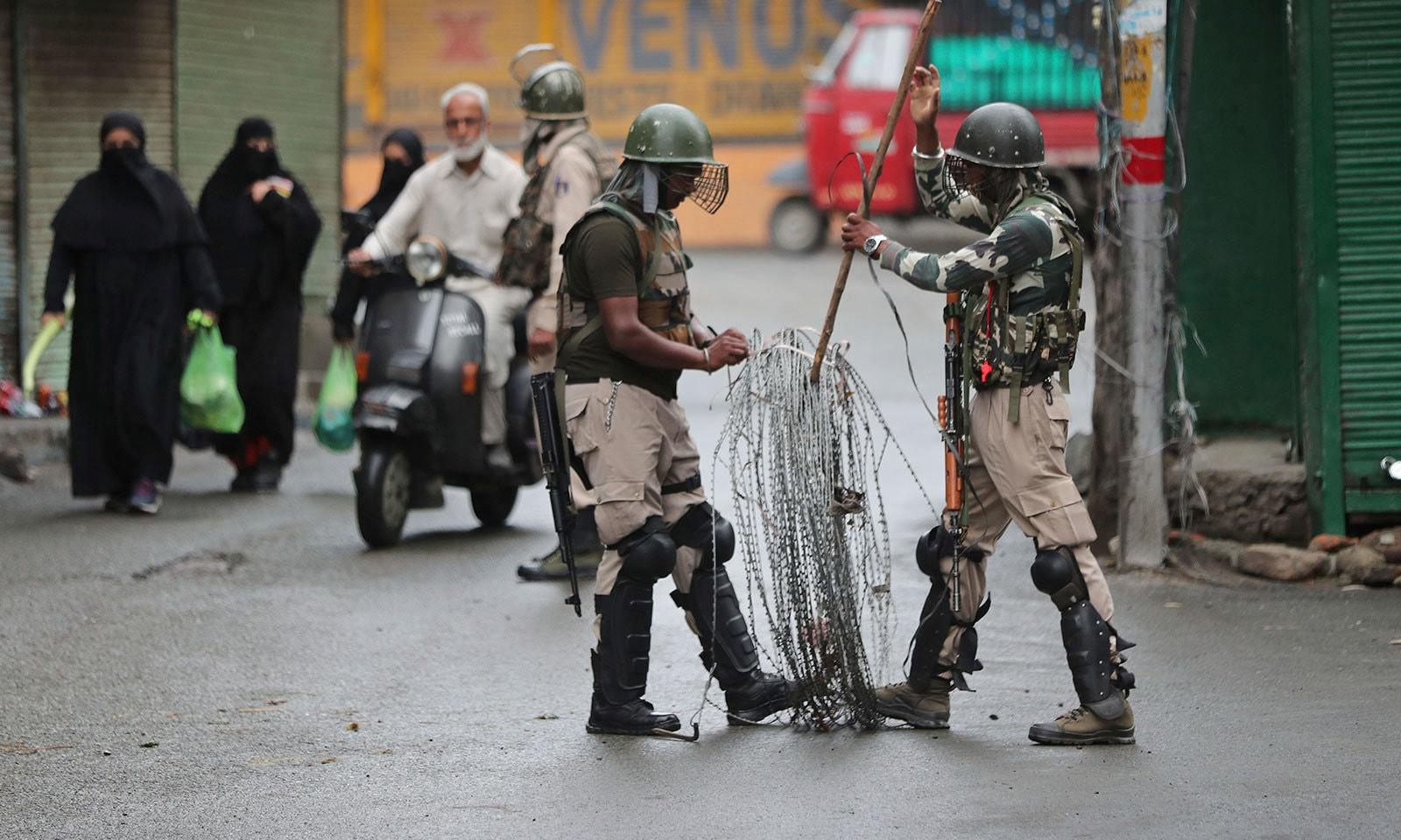 بھارتی فوج نے سری نگر سمیت دیگر شہروں میں جگہ جگہ خار دار تاریں بچھادیں —فوٹو:اے پی