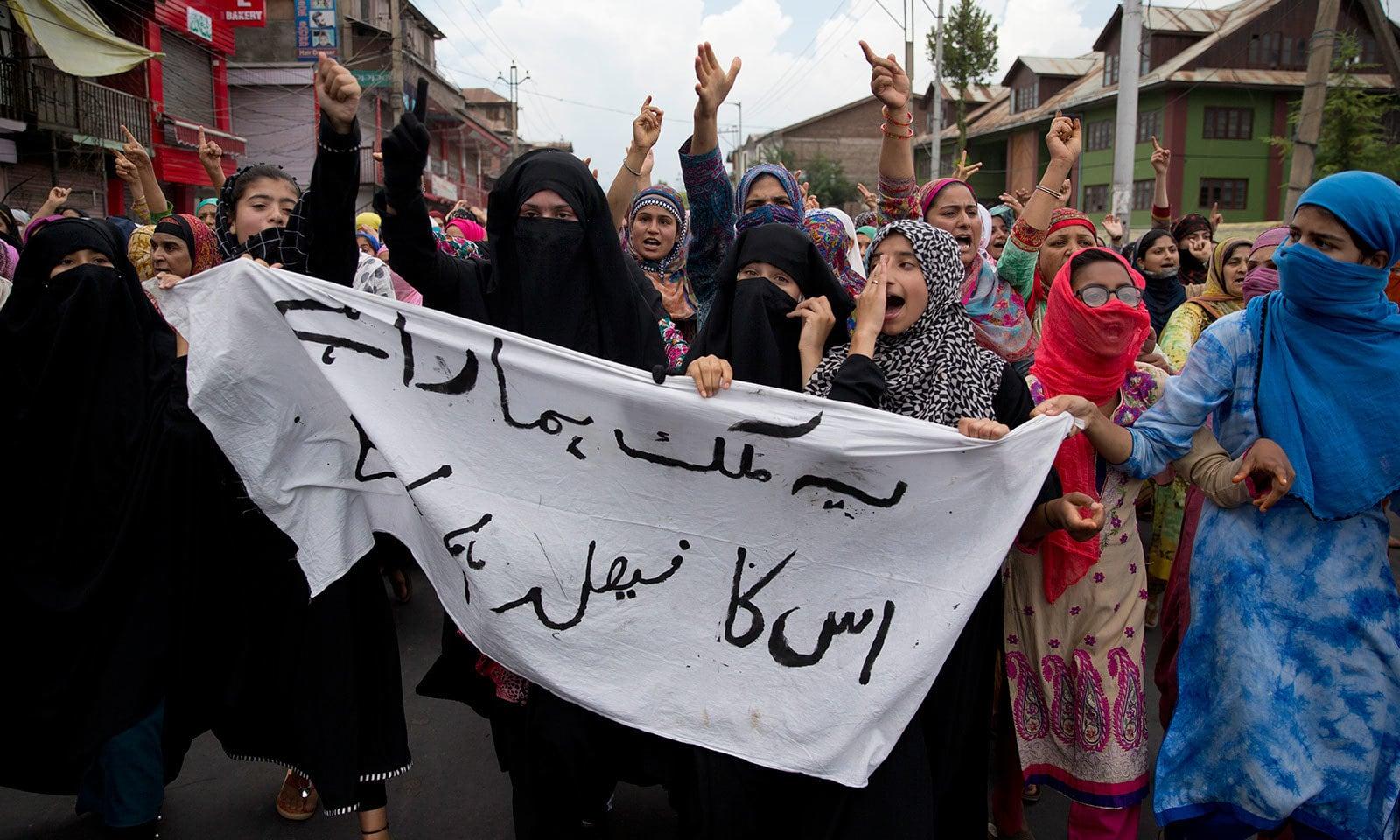 سری نگر میں خواتین نے بھی بھارت کے خلاف احتجاج کیا—فوٹو:اے پی