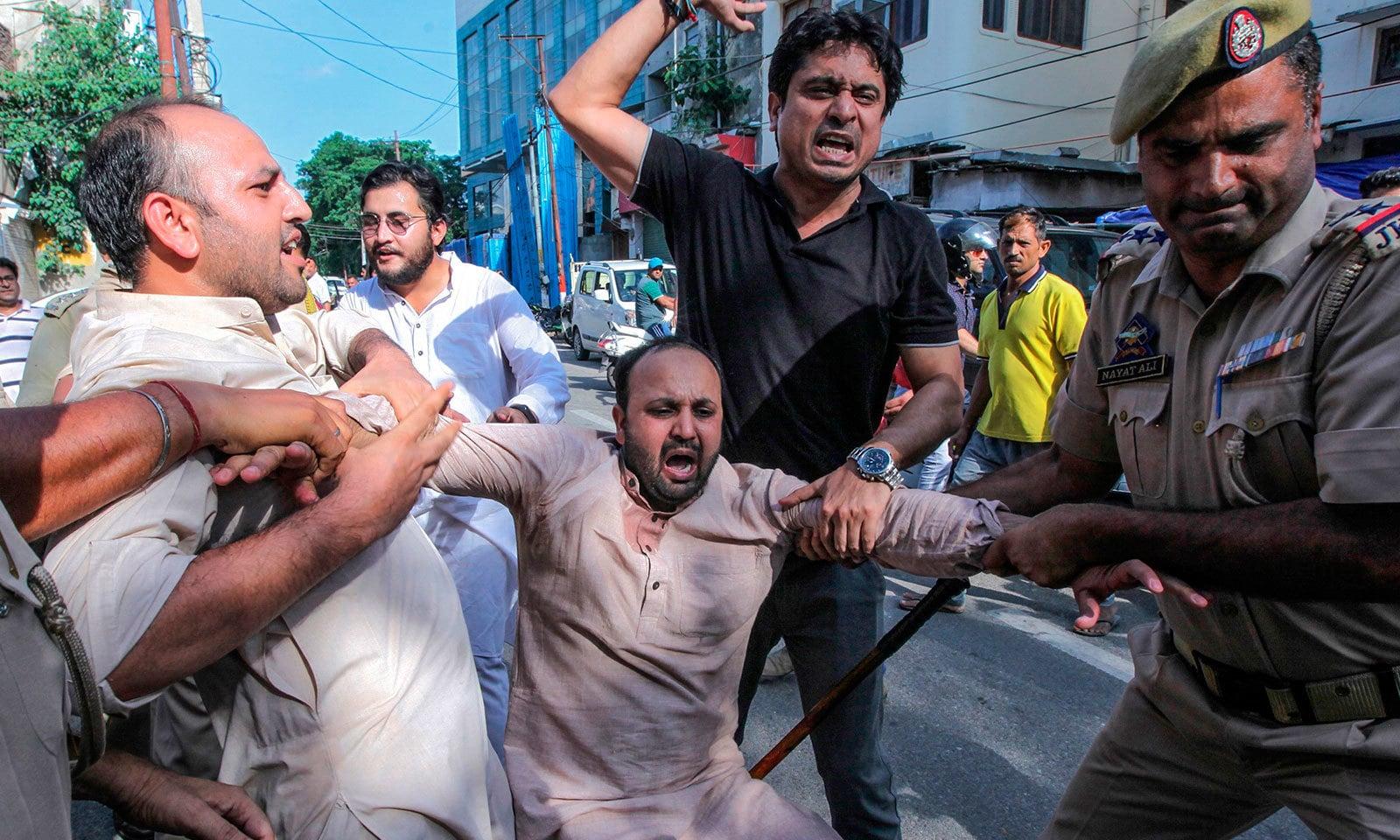 بھارتی فوج اور پولیس نے کئی مظاہرین کو گرفتار کیا—فوٹو:اے ایف پی