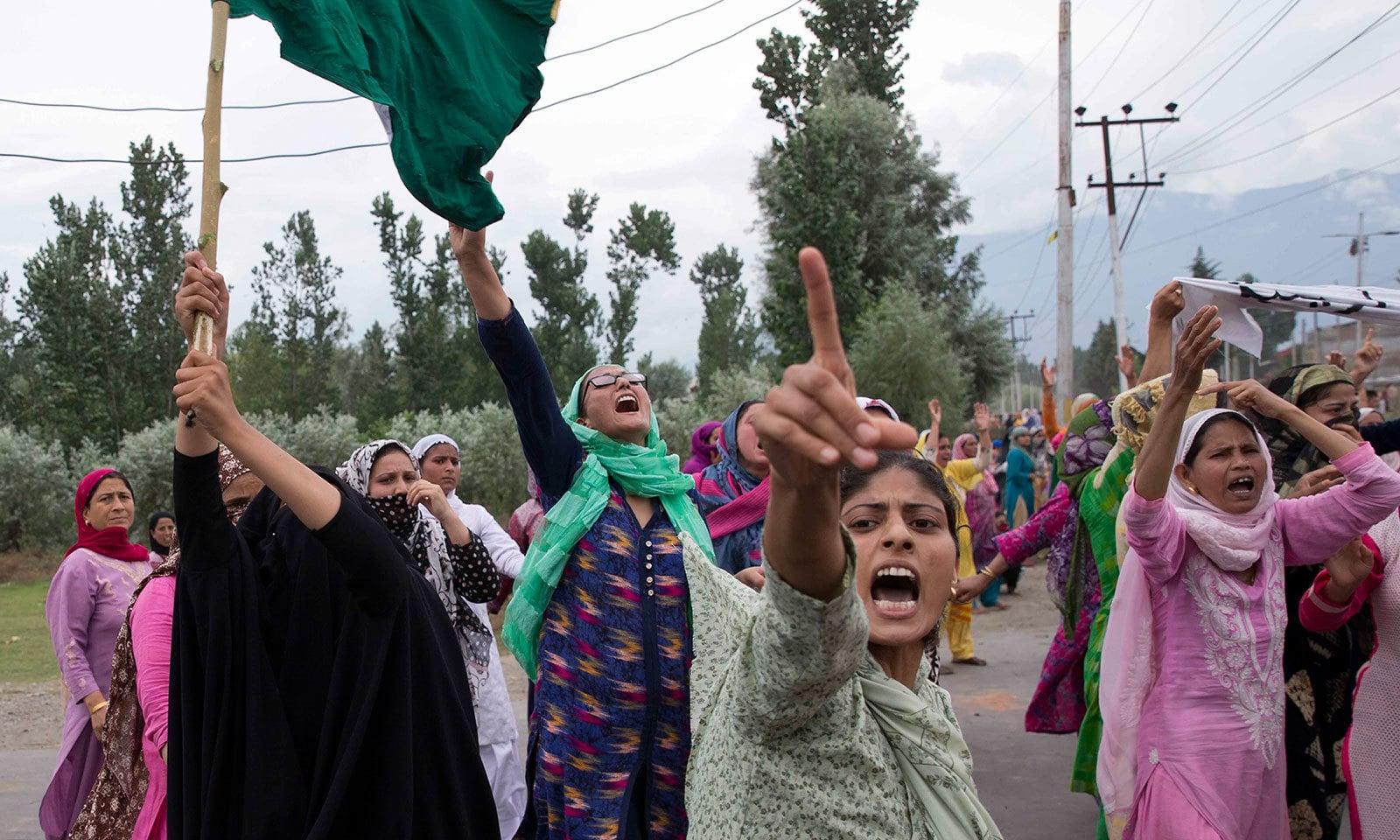 مقبوضہ کشمیر میں خواتین نے جمعے کو بھی احتجاج کیا تھا اور فلک شگاف نعرے لگائے—فوٹو:اے پی