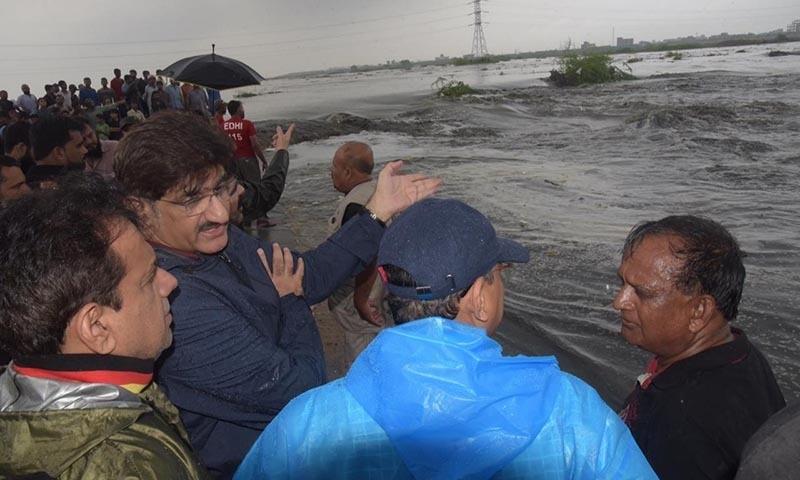 وزیراعلیٰ سندھ نے ملیر ندی کا دورہ کیا — فوٹو: ڈٖان نیوز