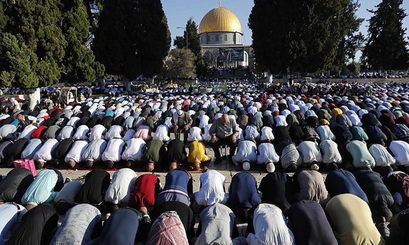 مسجد اقصیٰ میں ہزاروں فلسطینیوں نے نماز عید ادا کی — فوٹو: اے ایف پی