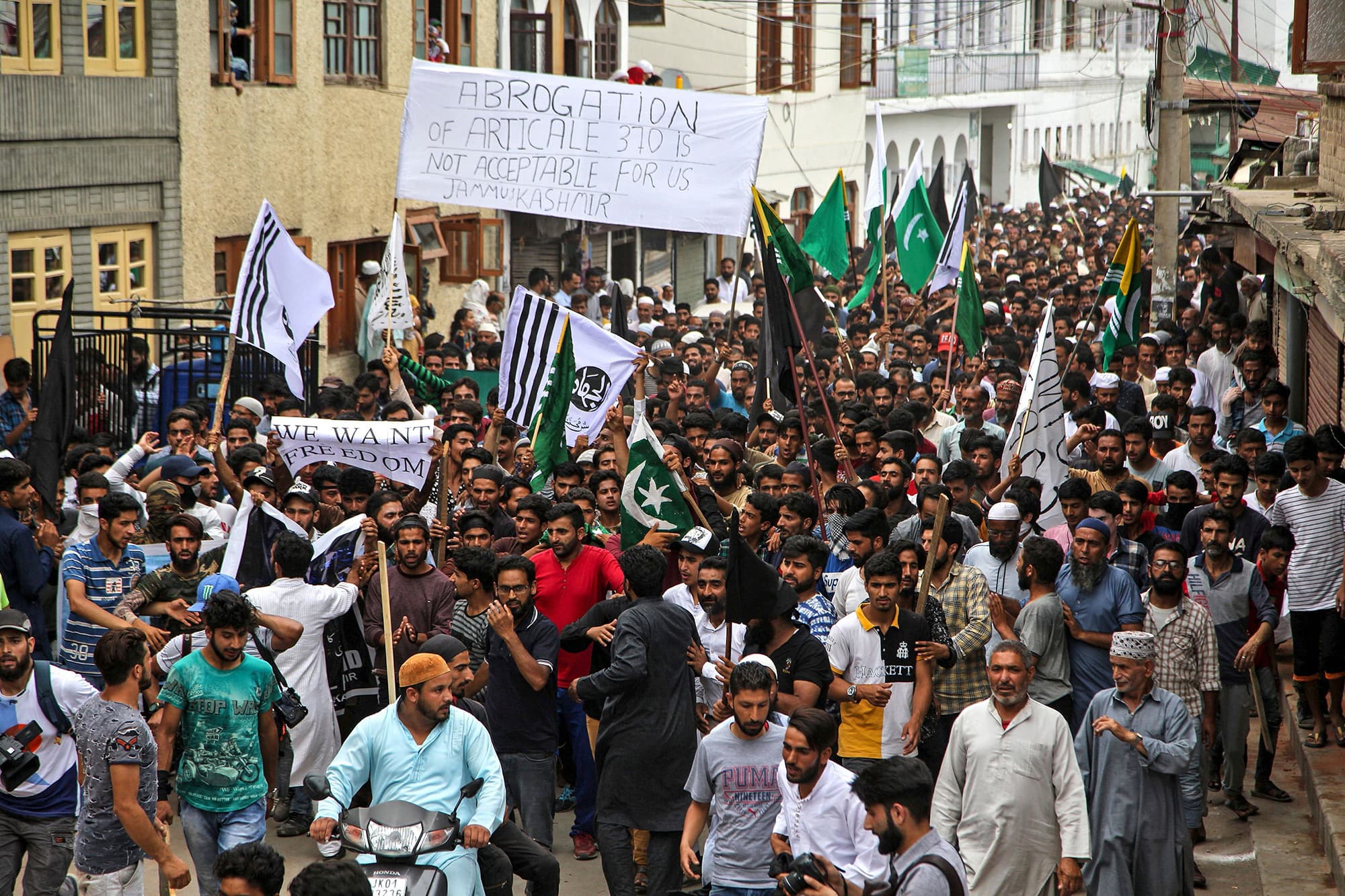 Kashmiris chant slogans for freedom in Srinagar. ─ AFP