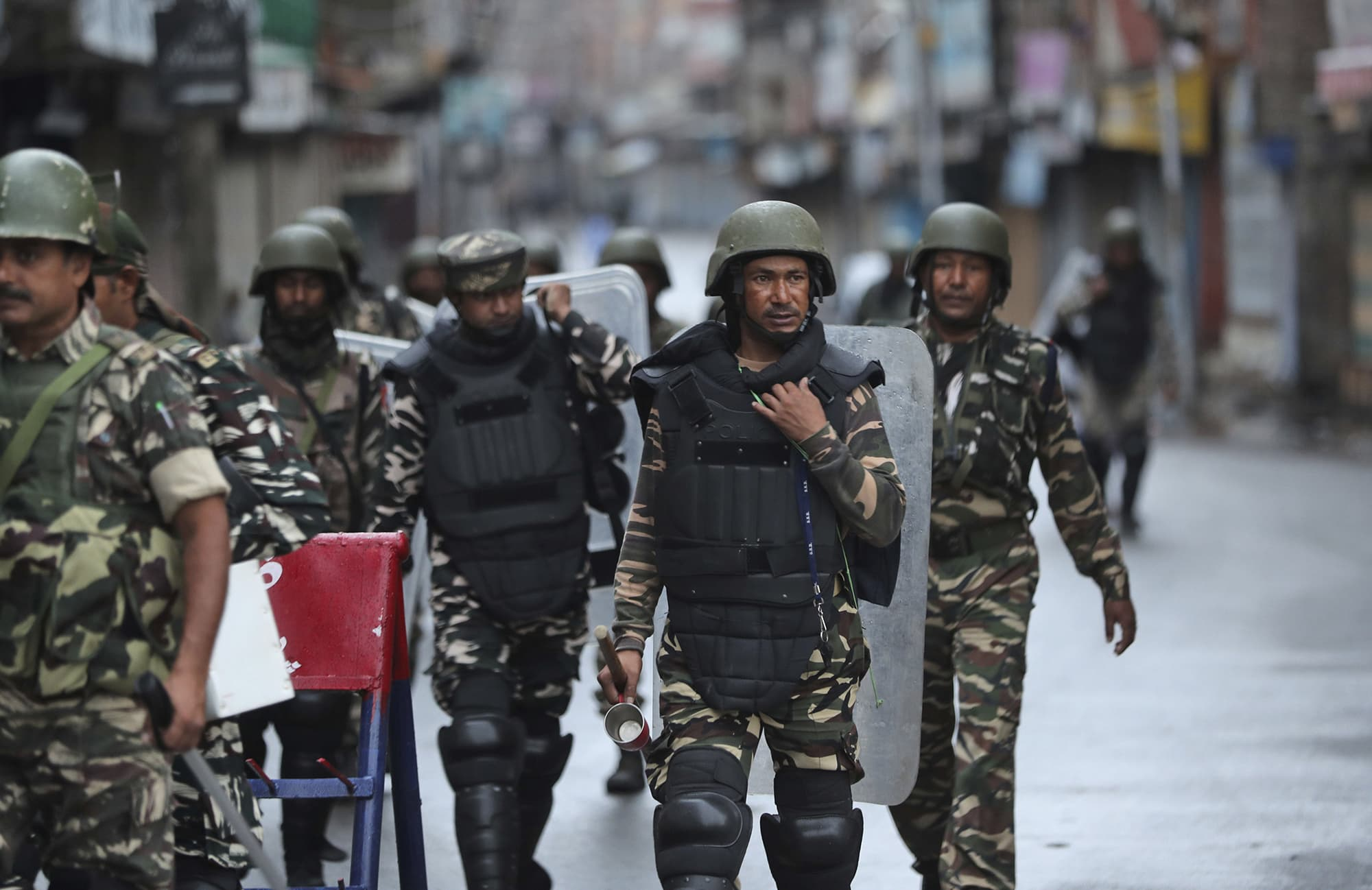Indian paramilitary soldiers patrol a street in Srinagar. ─ AP