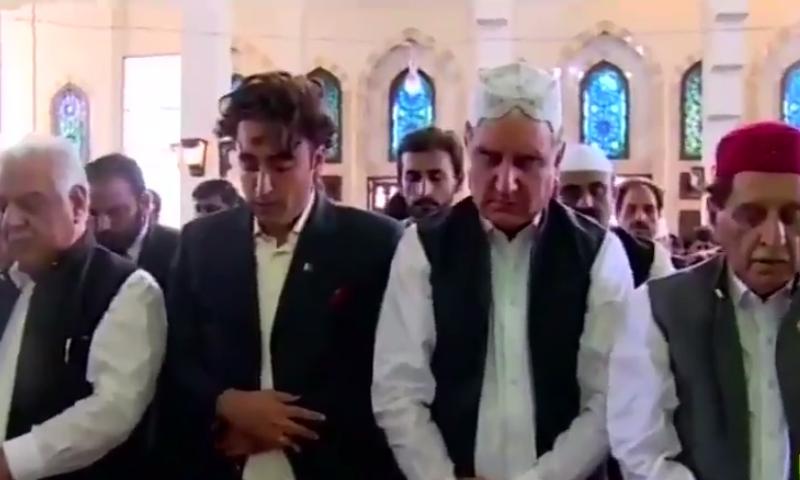 وزیر خارجہ کے ساتھ بلاول بھٹو نے بھی آزاد کشمیرمیں نمازِعید ادا کی تصویر:اسکرین گریب