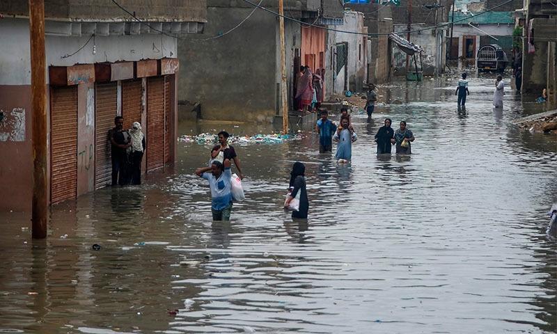 گھروں میں پانی داخل ہونے کے باعث مکینوں کو کھانے پینے اور دیگر سہولیات زندگی کی اشد ضرورت ہے —تصویر:اے ایف پی