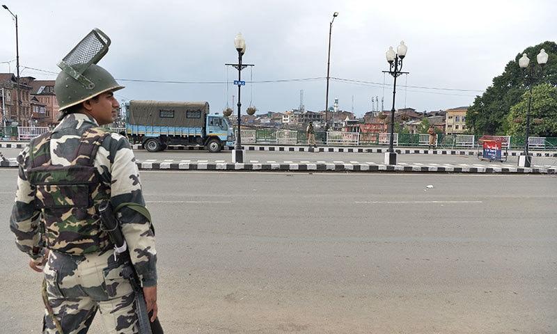 بھارتی فورسز کے کریک ڈاؤن اور کرفیو کے سبب عیدالاضحیٰ کے دن بھی مقبوضہ کشمیر میں سڑکیں سنسان ہیں— فوٹو: اے ایف پی