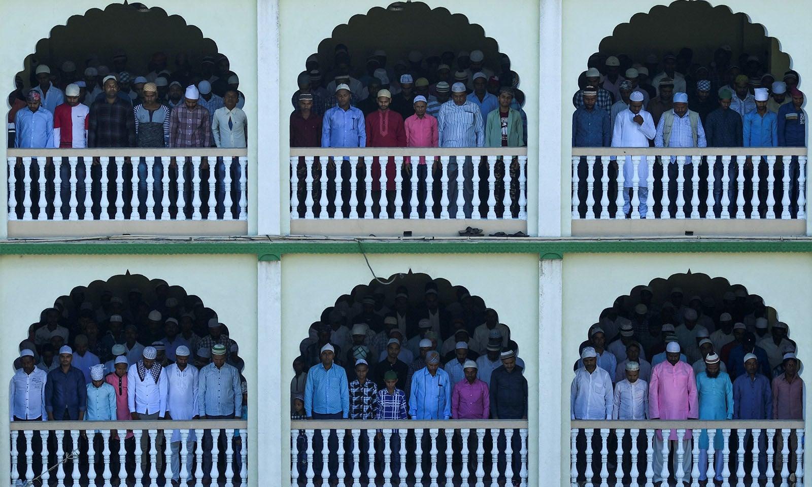 زیادہ تر ممالک میں عید کے دن  کا آغاز نمازِ عید کے اجتماعات سے کیا جاتا ہے—تصویر:اے ایف پی