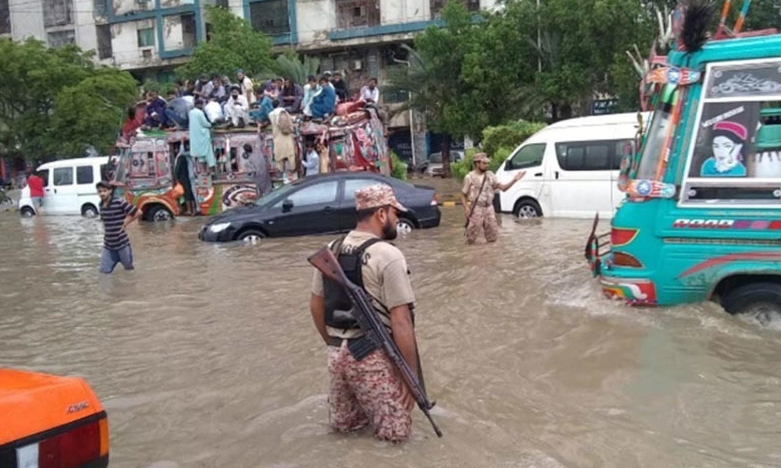 شدید بارشوں سے مصروف شاہراہیں بھی تالاب کا منظر پیش کرنے لگیں—فوٹو: ڈان نیوز