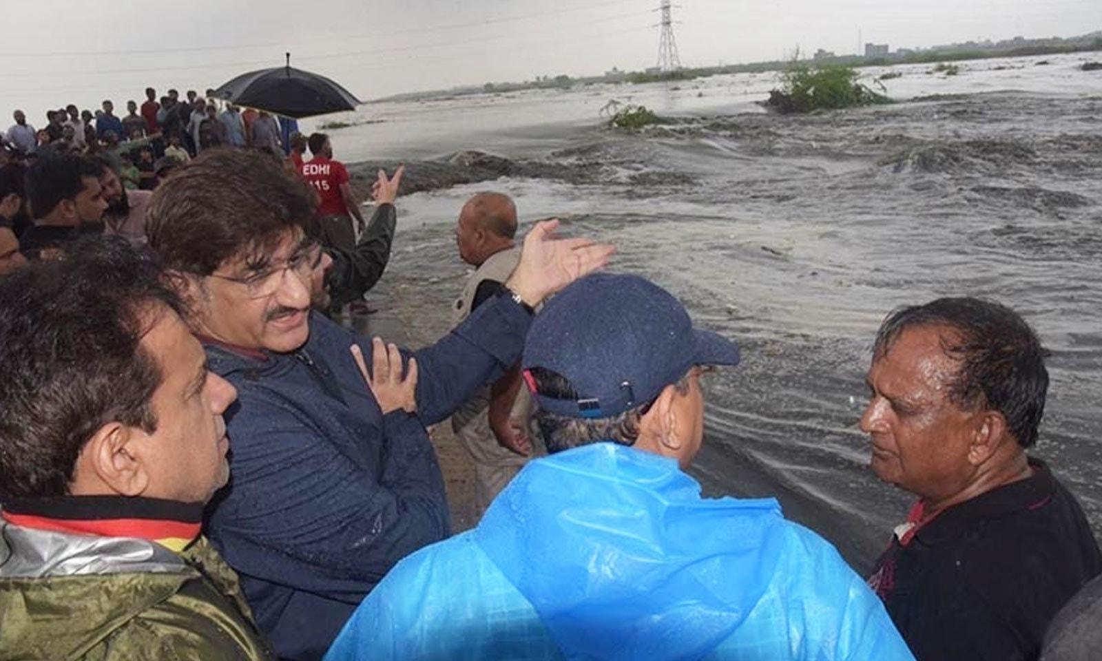 کئی علاقے زیر آب آنے کے بعد وزیر اعلیٰ سندھ نے شہر کا دورہ بھی کیا—فوٹو: ڈان نیوز