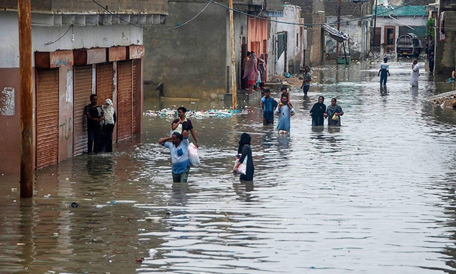 کئی علاقوں میں گھر، مساجد اور مارکیٹیں بھی زیر آب آگئیں—فوٹو: اے ایف پی