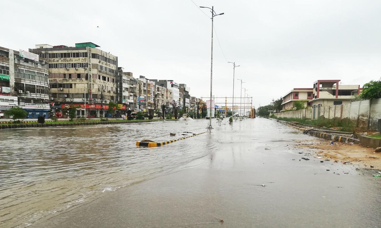 یونیورسٹی روڈ پر بھی پانی جمع ہوگیا—فوٹو: ناصر اعجاز/ ٹوئٹر