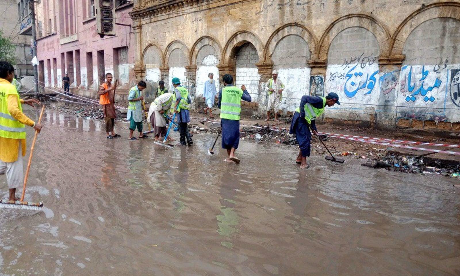 قائد اعظم کی رہائش گاہ وزیر مینشن کے ارد گرد بھی پانی جمع ہوگیا—فوٹو: ثمر عباس/ ٹوئٹر