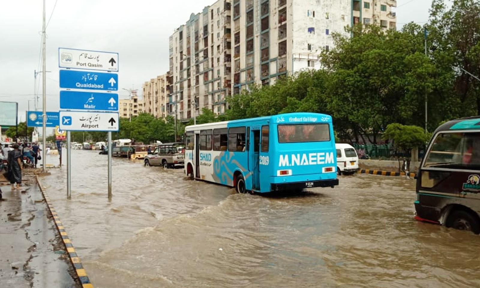 ناتھا خان کے مقام پر ایئرپورٹ روڈ پر پانی جمع ہونے سے مسافر پریشان رہے—فوٹو: ثمر عباس/ ٹوئٹر