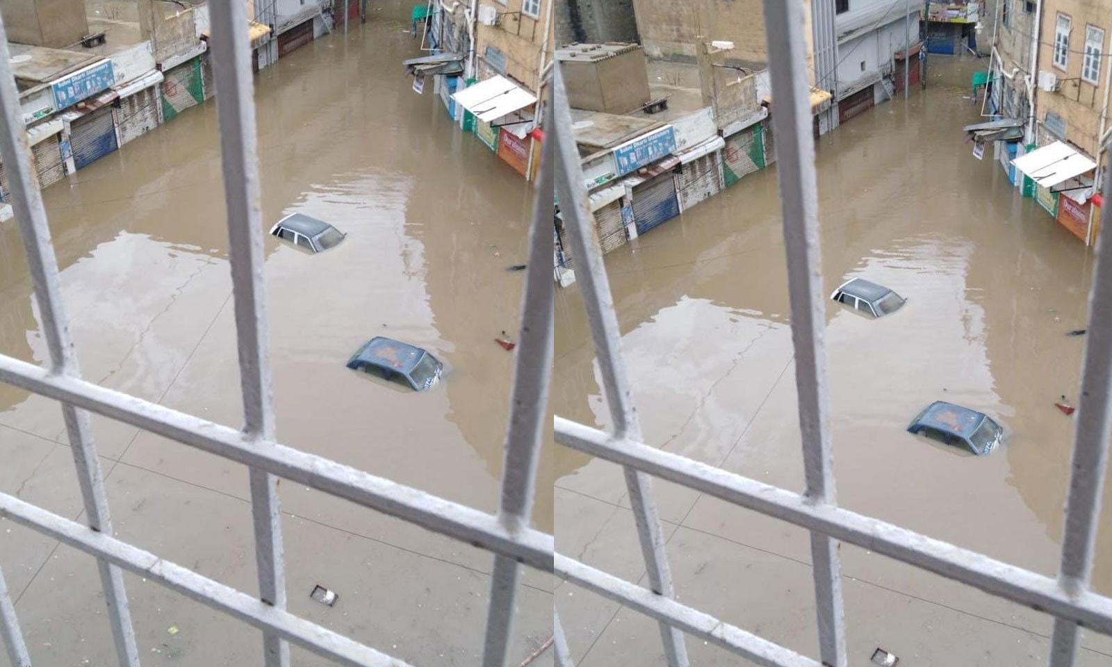 بعض علاقوں میں 5 فٹ تک پانی جمع ہوگیا—فوٹو: عاصم جوفا/ ٹوئٹر