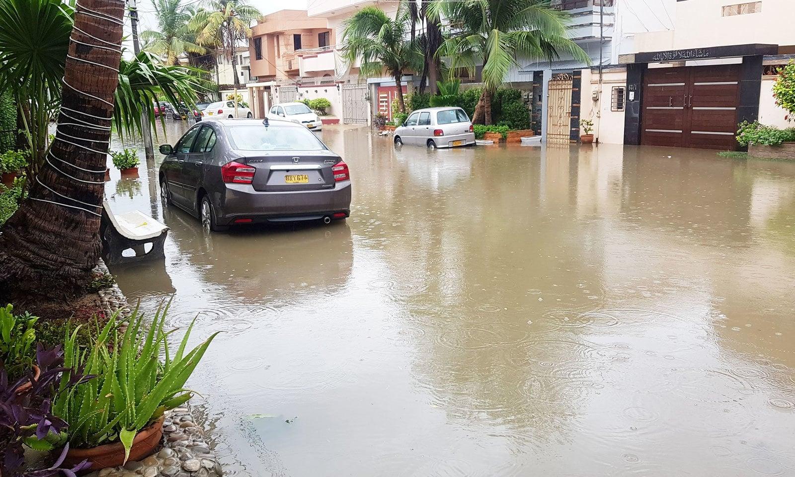 شدید بارشوں سے ڈیفینس جیسے پوش علاقے میں بھی پانی کے تالاب کھڑے ہوگئے—فوٹو: بابر منظور میمن/ ٹوئٹر