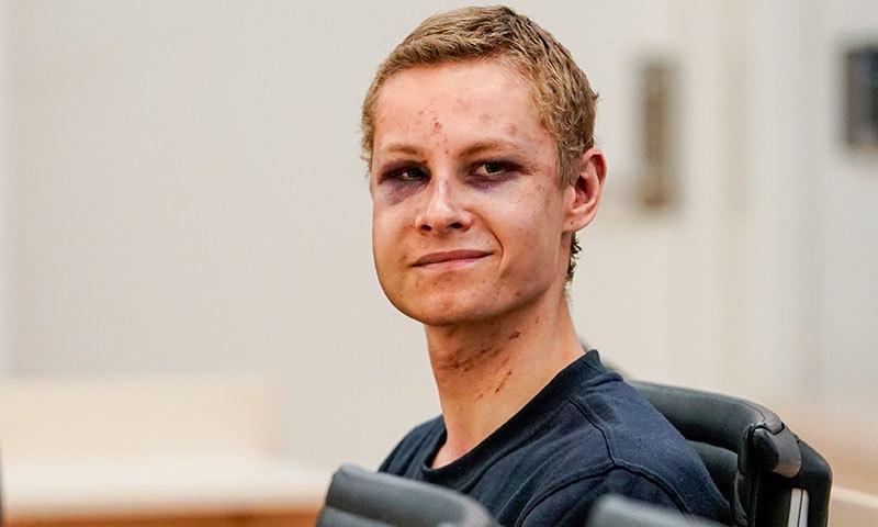 ناروے کی مسجد کے حملہ آور کو عدالت میں پیش کیا گیا تو ان کے چہرے پر زخموں کے نشان تھے—فوٹو:اے ایف پی