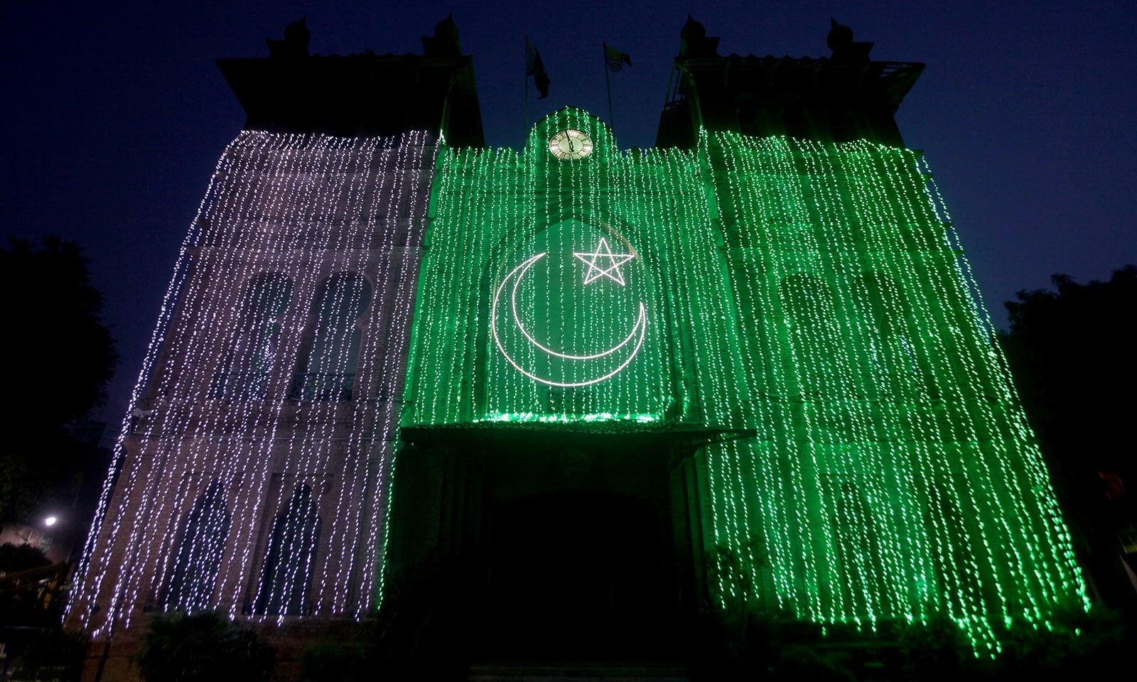 لاہور میں یوم آزادی کی مناسبت سے عمارتوں کو خوب صورتی سے سجایا گیا ہے—فوٹو:رائٹرز