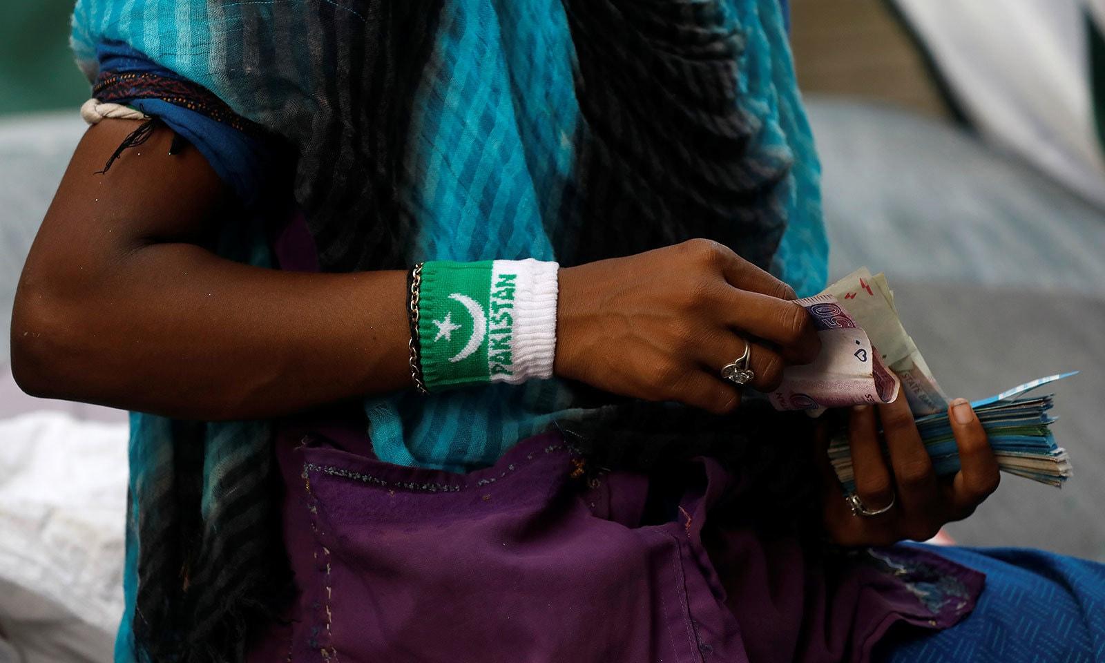 ملک کے دیگر شہروں کی طرح کراچی میں مارکیٹوں میں یوم آزادی سے متعلق خریداری کا سلسہ جاری ہے—فوٹو:رائٹرز