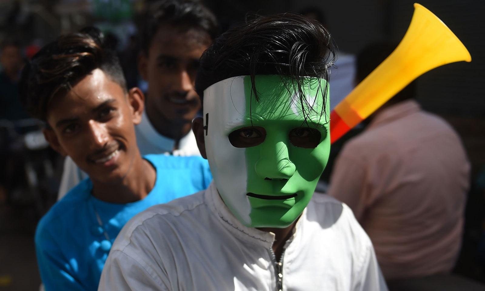 کراچی میں نوجوان یوم آزادی کو مختلف انداز میں منانے کی تیاریوں میں مصروف ہیں—فوٹو:اے ایف پی