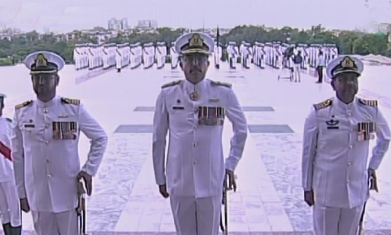 مزار قائد پر گارڈز کی تبدیلی کی پُروقار تقریب منقعد ہوئی— فوٹو: ڈان نیوز