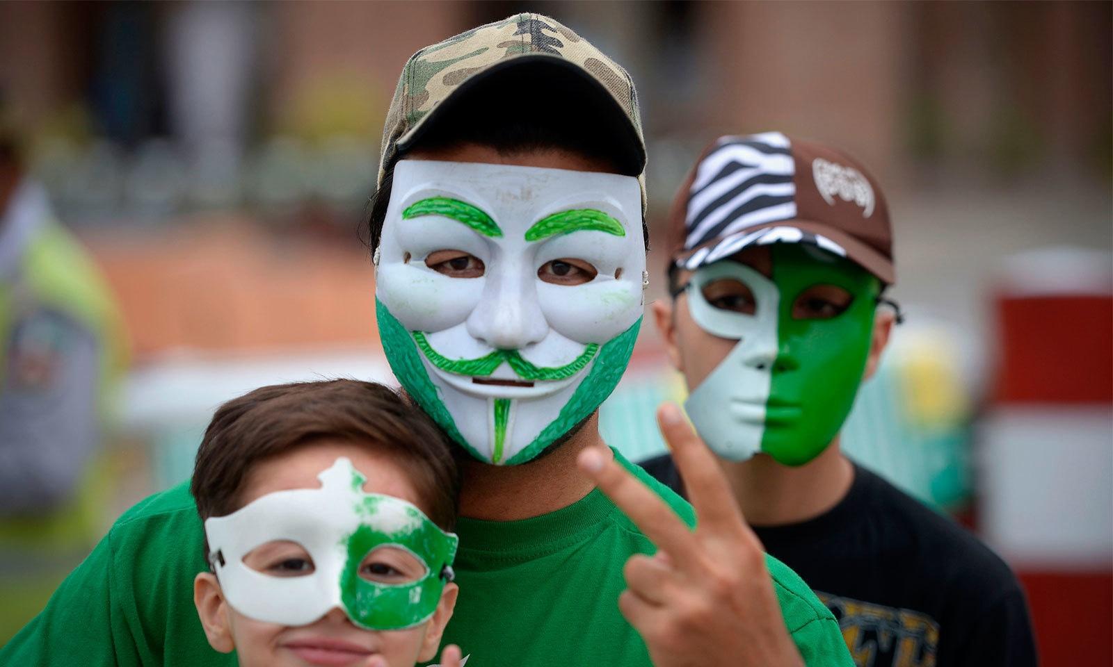بچے بڑے سب ہی جشن آزادی مناتے ہوئے دکھائی دیے — فوٹو: اے ایف  پی