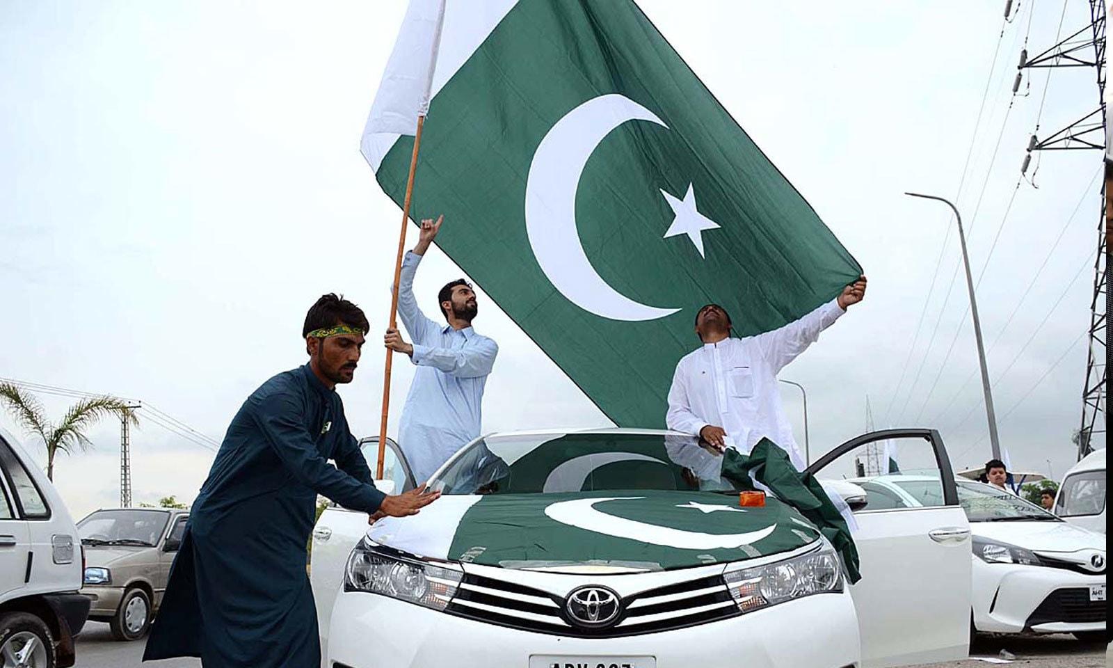 یومِ آزادی پر نوجوان جذبہ حب الوطنی سے سرشار نطر آئے — فوٹو: اے پی پی