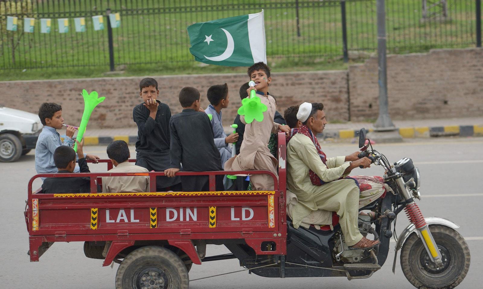 پرچم کشائی کی مرکزی تقریب اسلام آباد کے کنونشن سینٹر میں منقعد ہوئی — فوٹو: اے ایف  پی