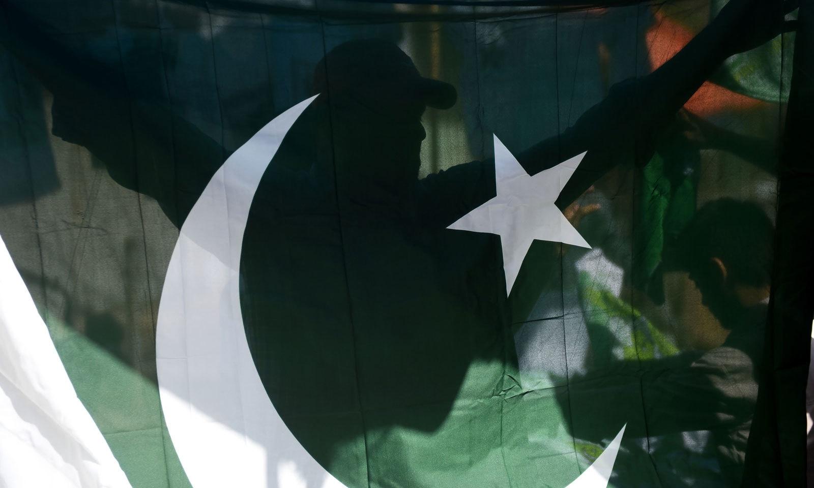 73 ویں یوم آزادی پر شہروں کو سبز پرچموں اور برقی قمقموں سے سجایا گیا — فوٹو: اے ایف  پی