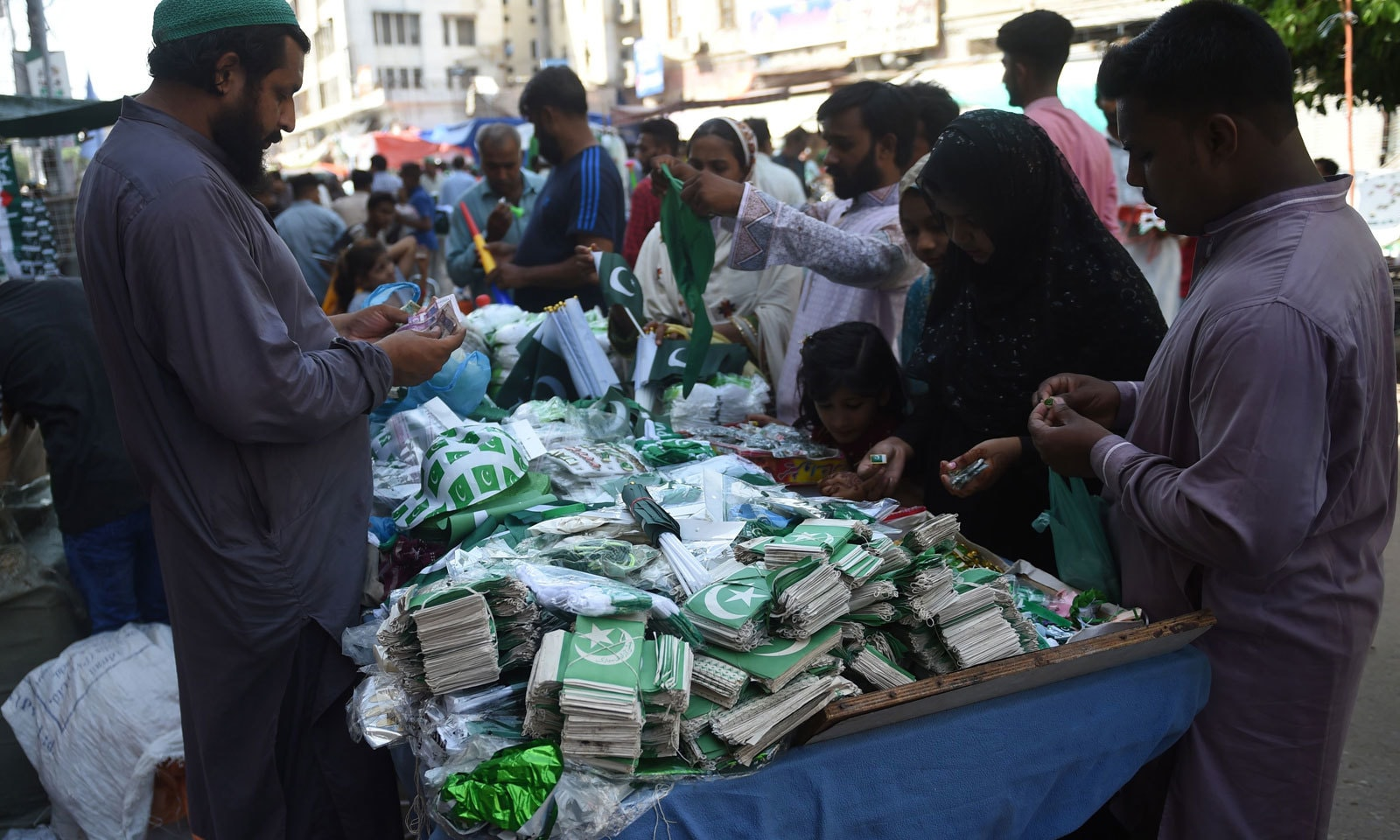پاکستانی قوم نے یوم آزادی پر کشمیری عوام کو بھی یاد رکھا — فوٹو: اے ایف  پی