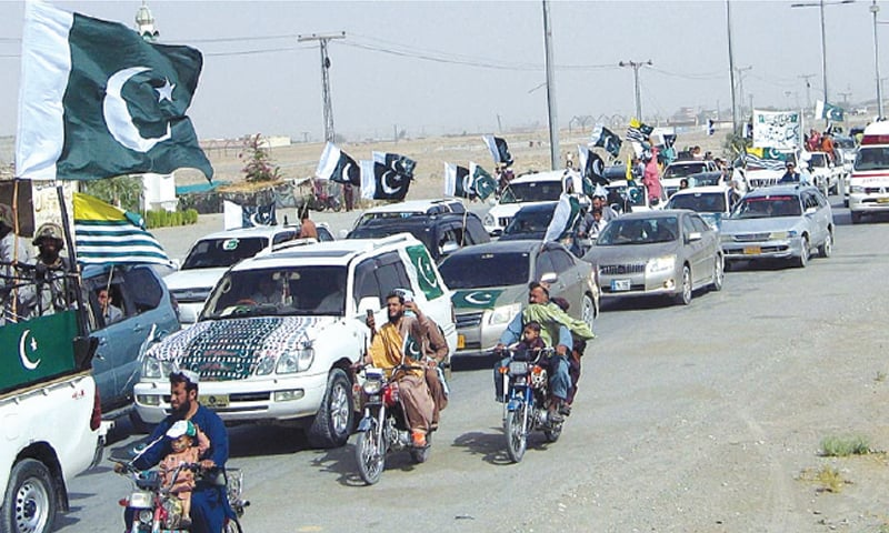 CHAMAN: A large number of people participate in a rally to celebrate Independence Day at Pak-Afghan border highway. — APP