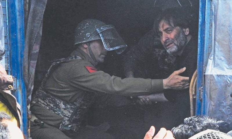بھارتی فورسز نے مقبوضہ کشمیر کی حریت قیادت کو بھی نظر بند کررکھا ہے — فائل فوٹو: اے ایف پی