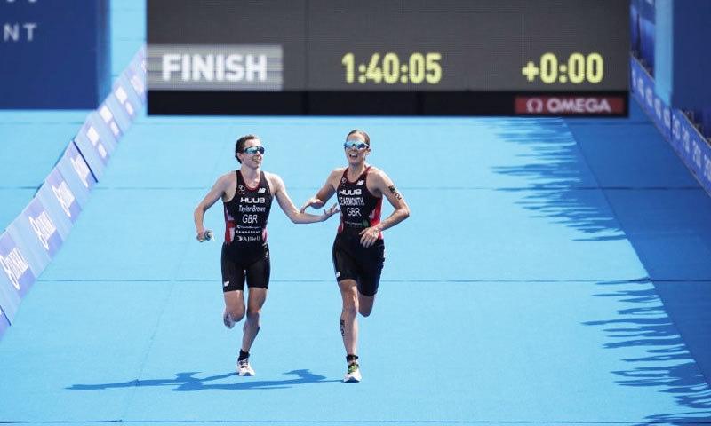 دونوں خواتین ریس کی اختتامی حدود میں داخل ہونے کے بعد قریب آئیں—فوٹو: اے پی