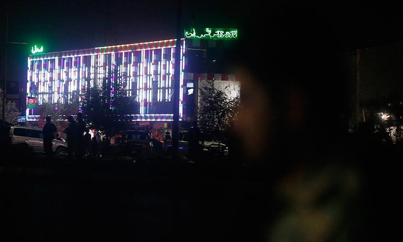دھماکے کے بعد سیکیورٹی اہلکار شادی ہال کے باہر موجود ہیں — فوٹو: اے پی
