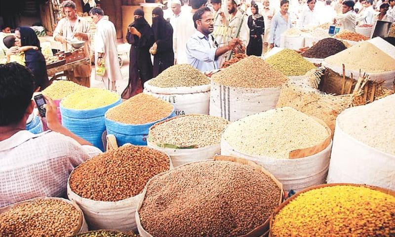 دالیں بھی غریبوں کی پہنچ سے دور ہوگئیں جس کی قیمت میں گزشتہ سال کے مقابلے میں 50 سے 80 روپے اضافہ ہوا — فوٹو: ڈان