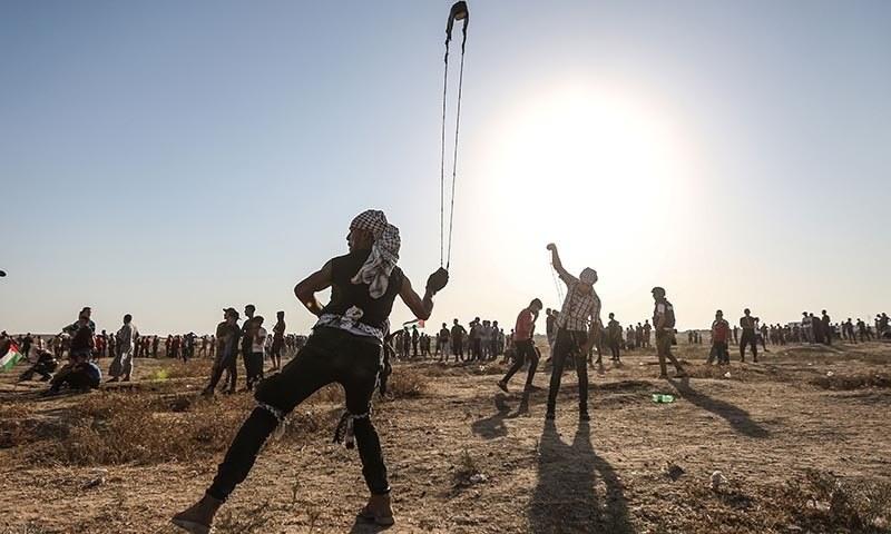 فلسطین کی وزارت صحت کے مطابق اسرائیلی فورسز نے شہریوں کو غزہ پٹی پر حفاظتی باڑ کے نزدیک نشانہ بنایا — فوٹو: اے ایف پی
