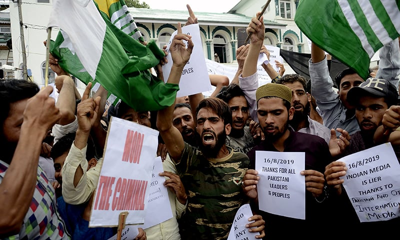 Protesters shout slogans at a rally against the Indian government's move to strip occupied Kashmir of its autonomy and impose a communications blackout, in Srinagar on August 16, 2019. ─ AFP