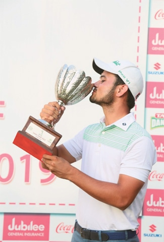 KARACHI: Ahmed Baig kisses the trophy following the prize-distribution ceremony for the Sindh Open Golf Championship at the Arabian Sea Country Club on Sunday.