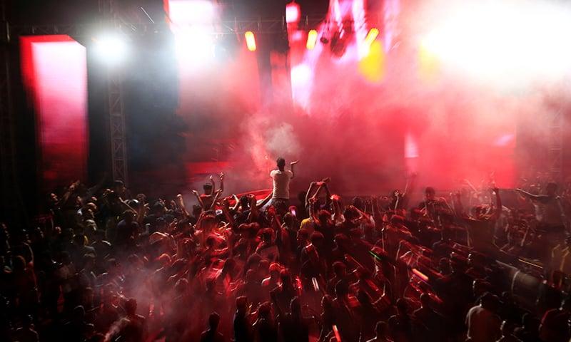 اسپورٹس اسٹیڈیم میں منعقدہ تقریب میں عوام کی بڑی تعداد نے شرکت کی — فوٹو:رائٹرز