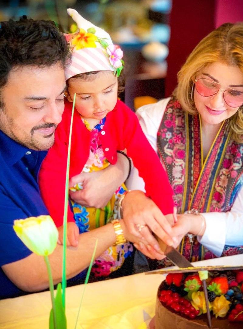 عدنان سمیع خان کو تیسری اہلیہ سے 2017 میں بیٹی ہوئی تھی—فوٹو: انسٹاگرام