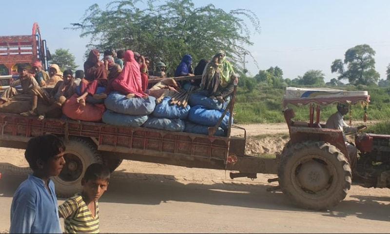 سیلابی صورتحال کے پیش نظر عوام نقل مکانی کر رہی ہے — فوٹو: محمد تیمور