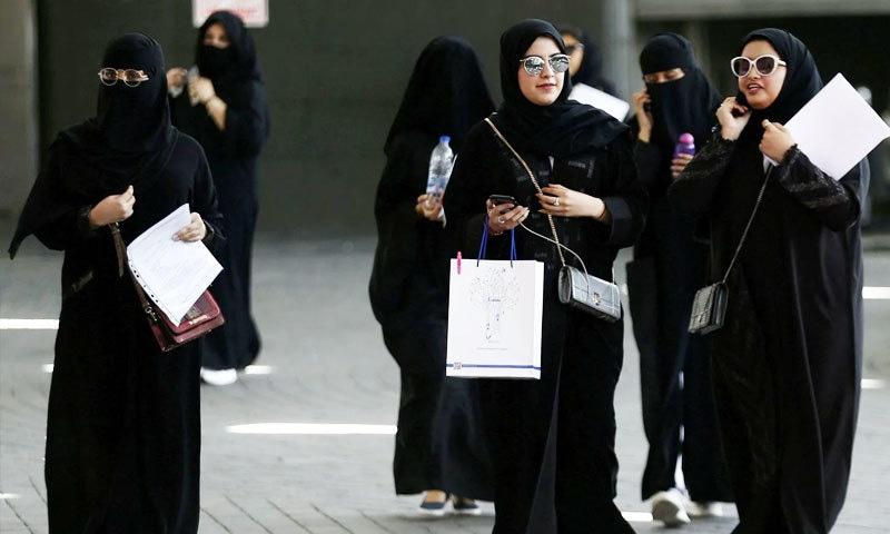 ماضی میں مرد سرپرست کی اجازت سے خواتین باہر جاتی تھیں—فوٹو: رائٹرز