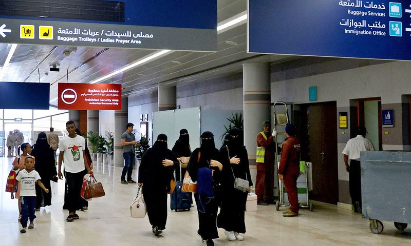 پہلی بار بہت بڑی تعداد میں خواتین سرپرست کی اجازت کے بغیر روانہ ہوئیں—فائل فوٹو: اے ایف پی