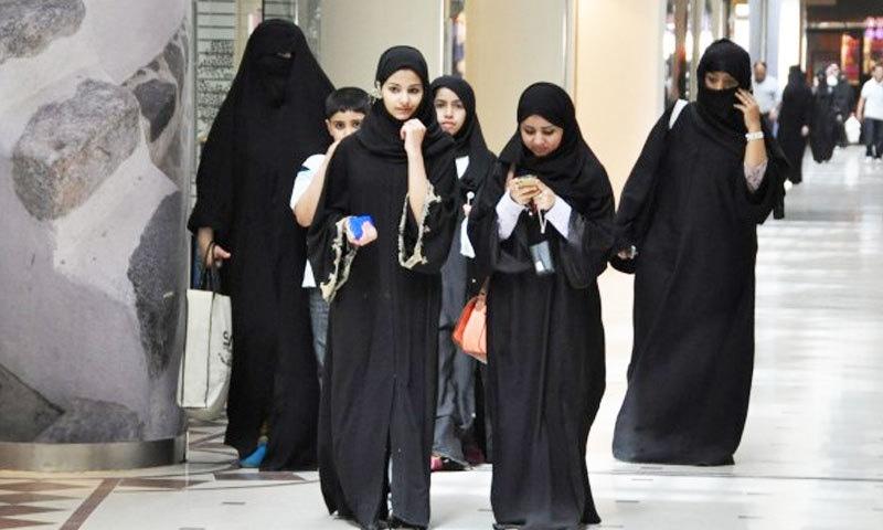 اب 21 سال سے زائد عمر کی خواتین مرد سرپرستی کی اجازت کے بغیر بھی بیرون ملک جا رہی ہیں—فوٹو: میکس اپ