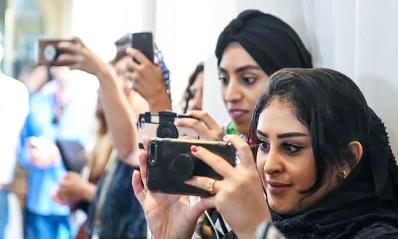 خواتین کو سعودی میں اب غیر محرم مرد کے ساتھ نوکری کرنے کی اجازت بھی حاصل ہے—فوٹو: اے ایف پی