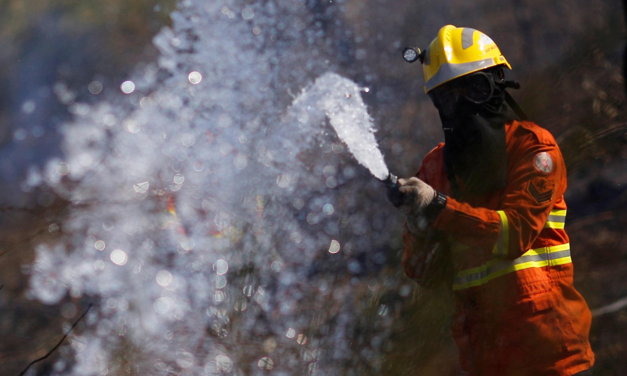 فائر فائٹرز گزشتہ ایک ماہ سے اس آگ کو بجھانے کی کوشش کررہے ہیں —فوٹو/رائٹرز