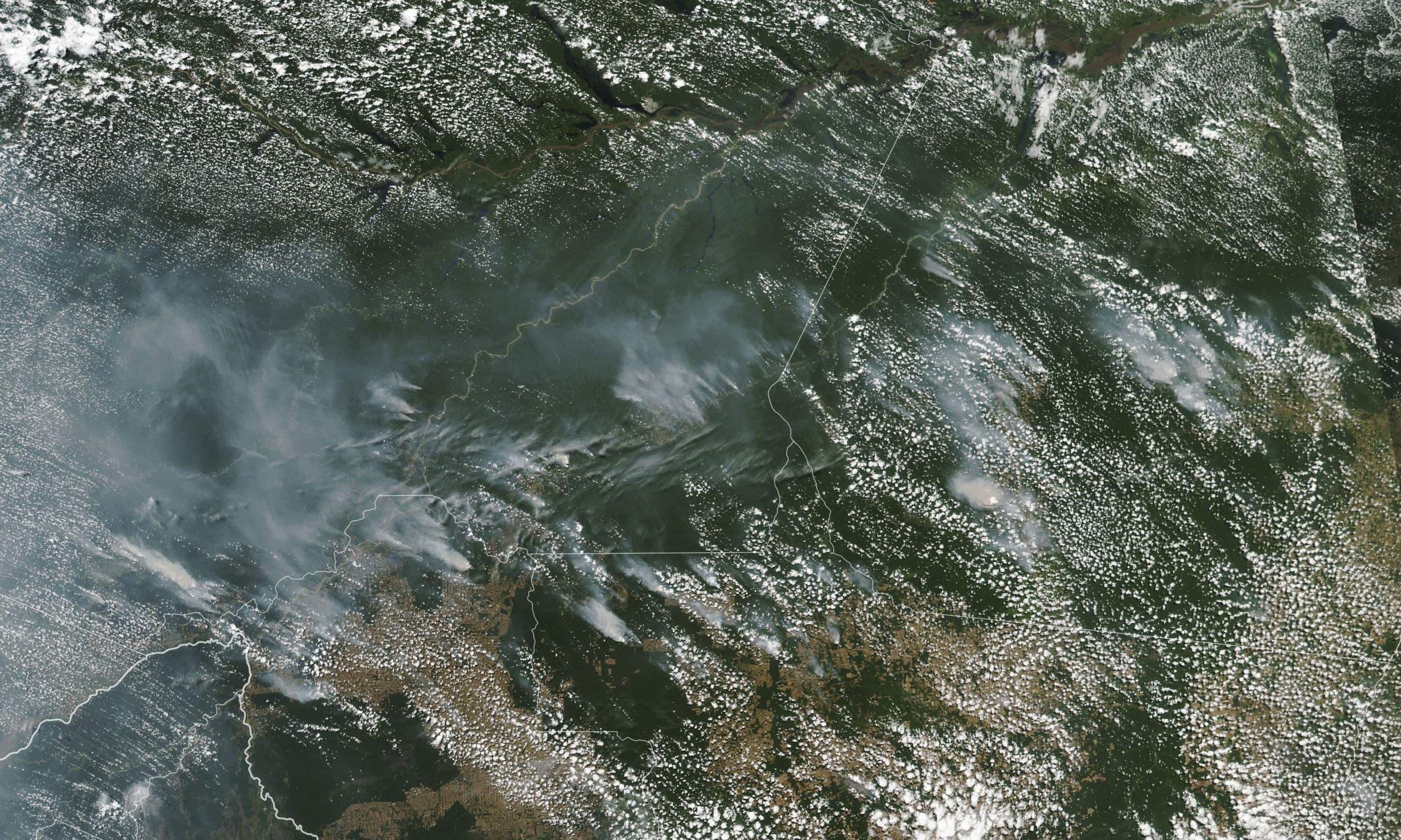 جنگلات میں لگی آگ اس حد تک بڑھ چکی ہے کہ ناسا کی سیٹیلائٹ سے لی گئی تصویر میں بھی دھواں نظر آرہا ہے —فوٹو/ اے پی