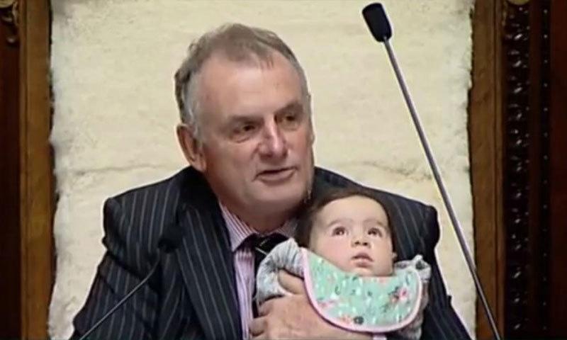 2 سال قبل بھی اسپیکر نے رکن اسمبلی ولو جین پرائم کی بیٹی کو سنبھالا تھا—فوٹو: نیوز حب